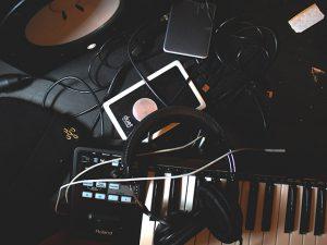 バンドをやっていた経験を活かして自作曲販売の副業をスタート!