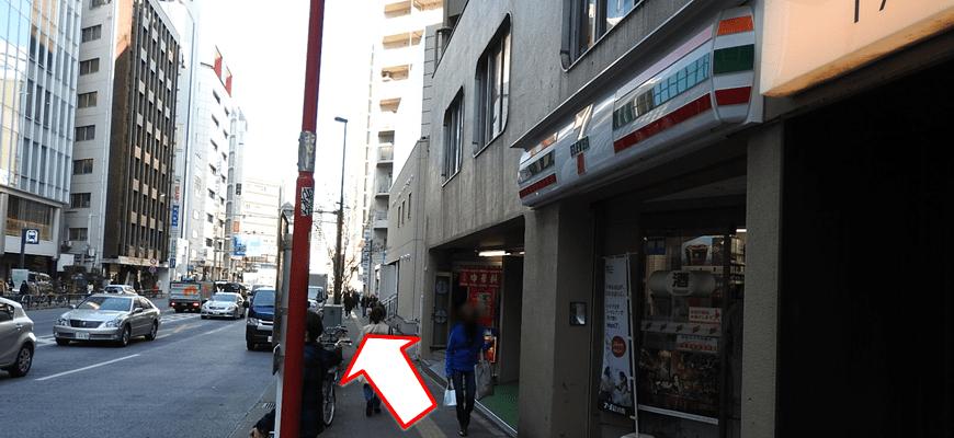 右手にセブンイレブン・地下鉄E7出口を見ながら進みます