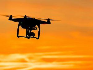 ドローン空撮は報酬が高い?始めるときに必要な許認可と注意点